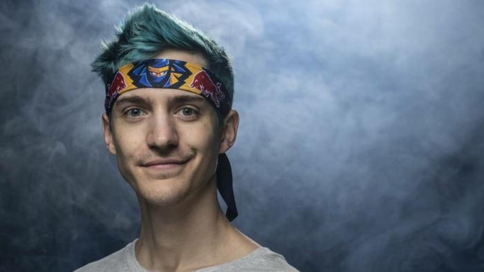 ein episches Bild von Ninja mit Stirnband mit seinem Avatar, fertig für Kampf