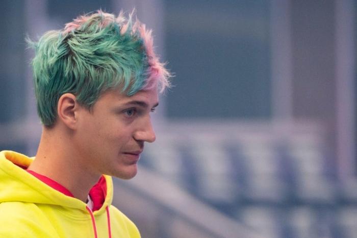 Jetzt ist sein Haar halb blau, halb rosa, das ist sein neues Image, gelbe Bluse von Ninja