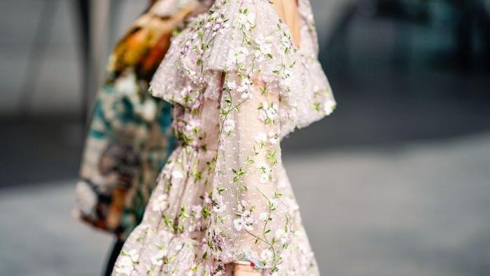 kataloge mode damen, elegantes outfit mit kleinen blumen darauf, deko ideen shabby