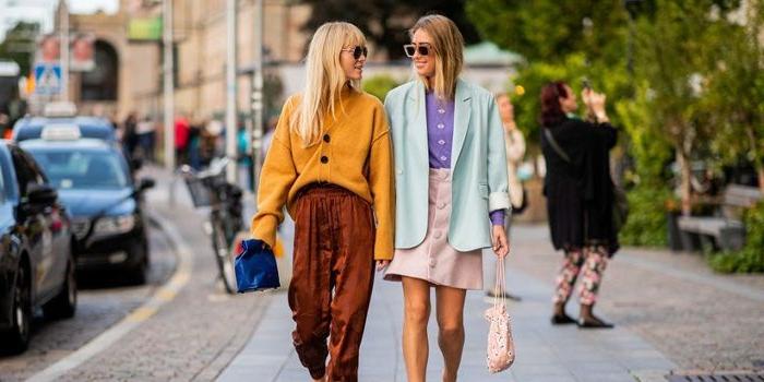 kataloge mode damen, zwei frauen, mode ideen, gelbe bluse, braune hose, weißer rock, blauer blazer