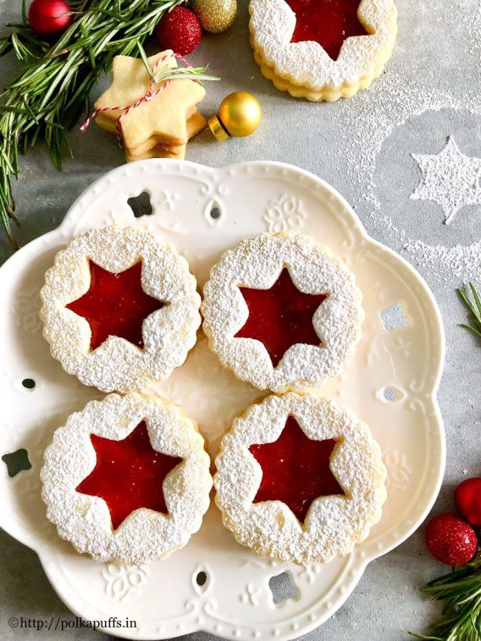 omas linzertorte rezept, kekse mit pflaumen und sternformen deko ideen puderzucker