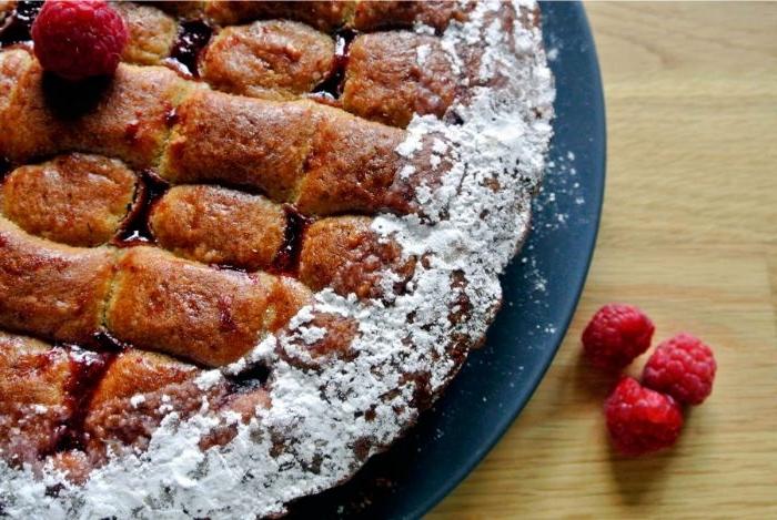 omas linzertorte rezept, himbeeren, puderzucker torte deko idee, teigwaren