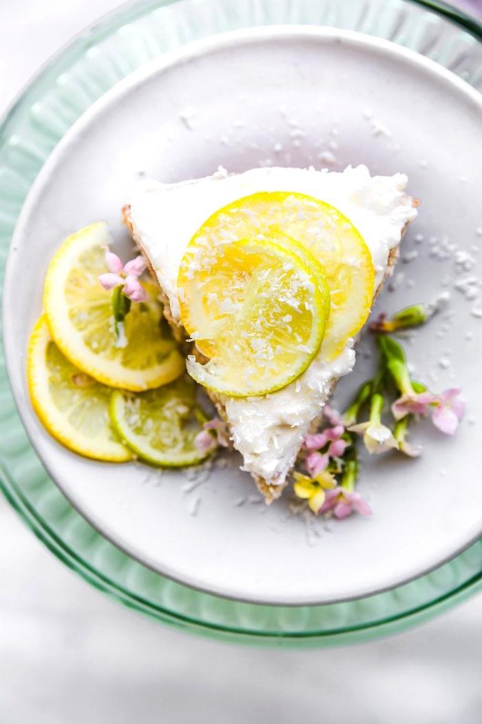 torte rezept idee, zitronen kuchen mit sahne und schöne kleine blumen als deko