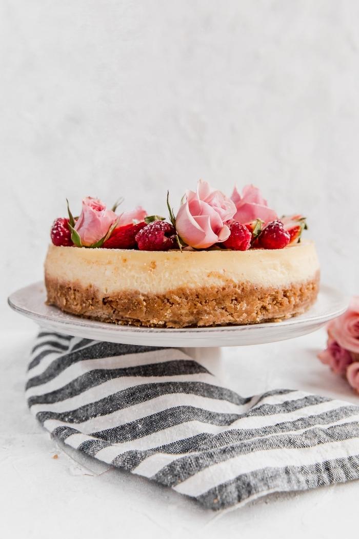 party dessert rezepte, geburtstagstorte rezete, torte mit erdbeeren, käsekuchen schnell