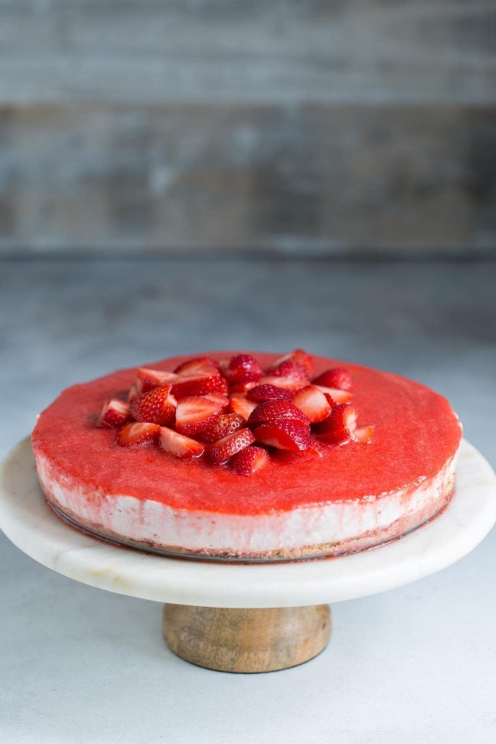 party dessert rezepte, kuchen mit keksboden, torte mit erdbeeren, sommer nachtisch