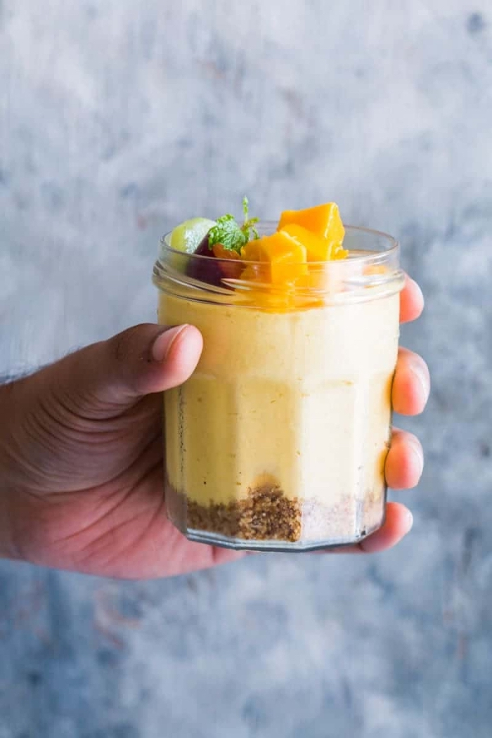 party dessert im glas, cheesecake mit mango, nachtisch in eimmachglas rezept
