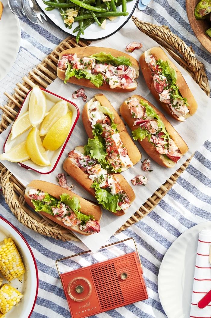 partysnacks fingerfood kalt, kleine sandwiches mit salat und crebs serviert mit zitronen
