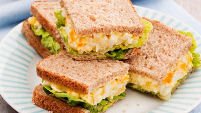 partysnacks fingerfood kalt, sandwiches mit eiern und grünem salat, zubereitung