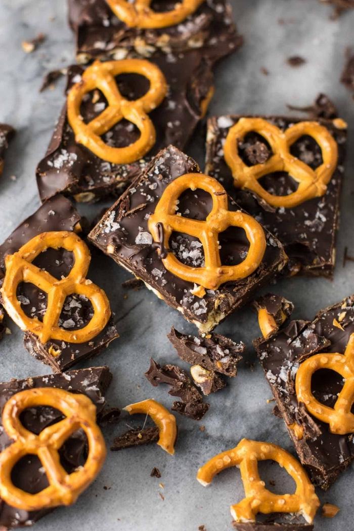 picknick snacks rezepte, crackers mit schokolade und salzigen brezeln, partyessen einfach