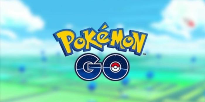 Pokemon Go Logo auf einem bunten Hintergrund, gelbe Buchstaben von Pokemon und ein Pokeball auf Go