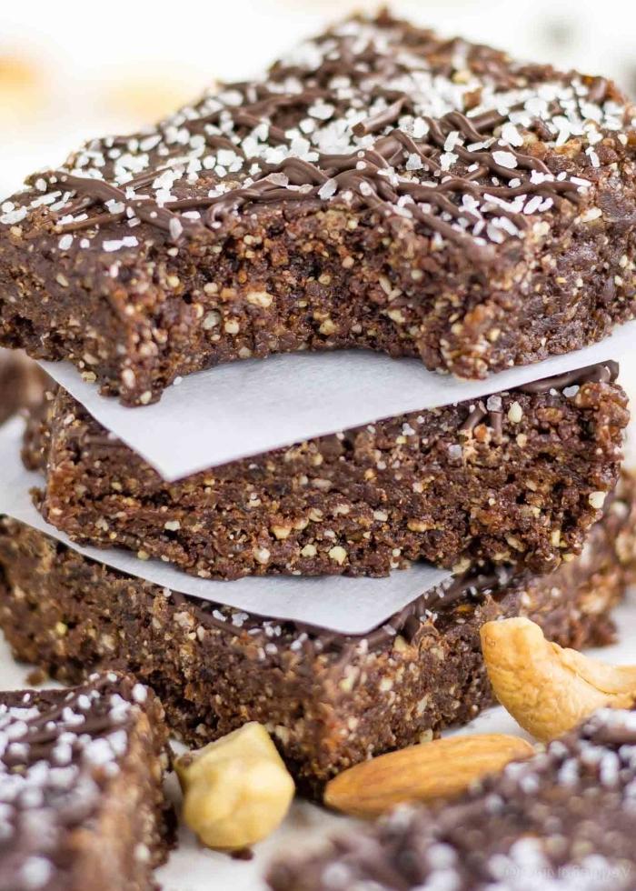 protein snacks, bars mit eiweißpulver, kakao nüssen und kokos, proteinbars rezept
