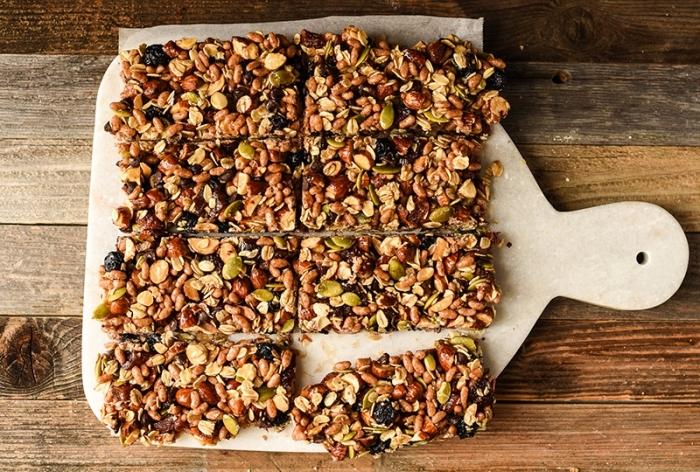 protein snacks zubereitung, riegel mit nüssen, haferflocken und datteln, proteinbars