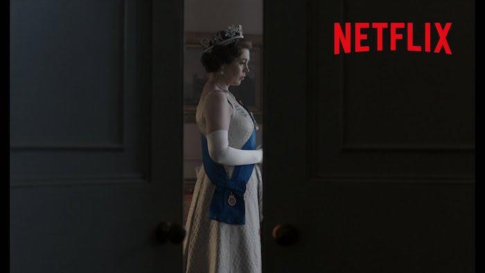 die schauspielerinolivia colman als elizabeth I und eine tür, eine königin mit krone, the crown