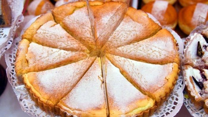 badische linzertorte, große torte in vielen stücken getrennt, puderzucker darauf gestreut