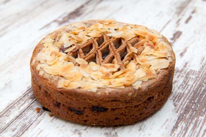 klassische linzer torte, ein beispiel für torte aus linz, tart basis, creme füllung aus obst und gitter aus teig und mandeln darüber