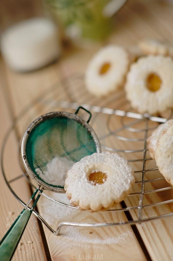 klassische linzer torte in einer mini gestaltung, kekse mit puderzucker und marillenfüllung