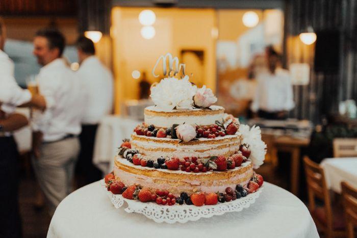 klassische linzer torte, gestaltung in stöcken für eine hochzeit, obst und beeren deko