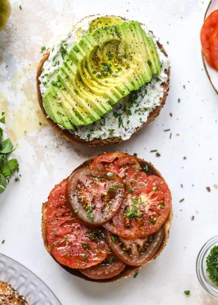 abendessen ideen, schnelle idee, abendbrot oder eiweißbrot sandwich mit tomaten und cottage avocado