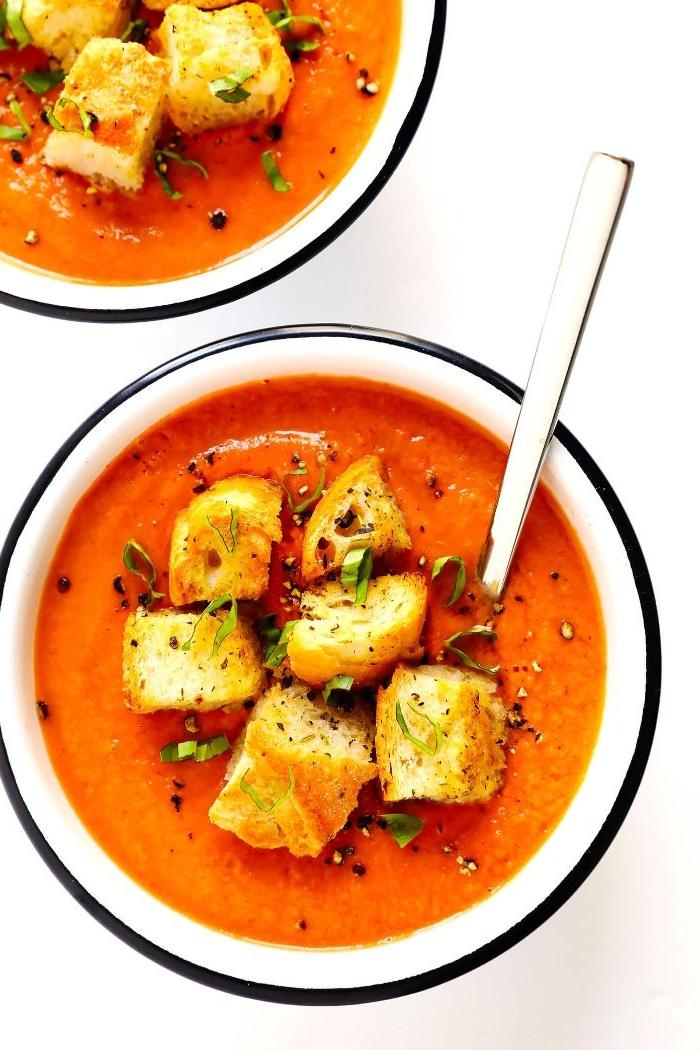 abendessen ideen, suppen ideen, tomatensuppe, crouttoins, gewürze, schüssel retro modelle