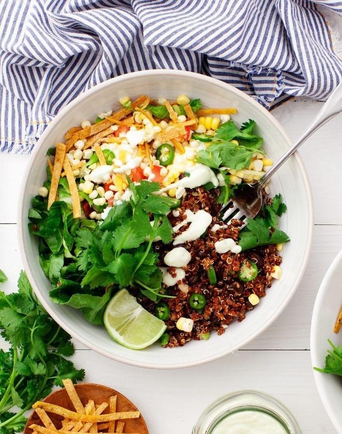 mittagessen vorschläge, eine schüssel mit salat quinoa, petersilie, mais und weiße soße