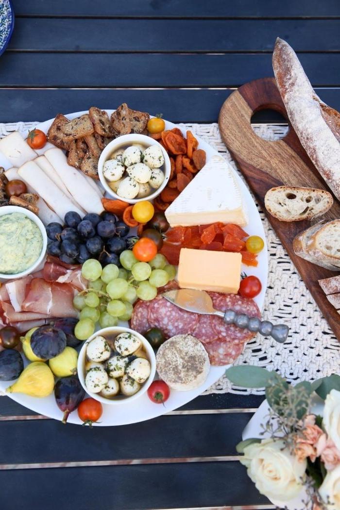 mittagessen vorschläge, vorpeisen zum besseren appetit, mozzarela stückchen, trauben, käse, bruschette