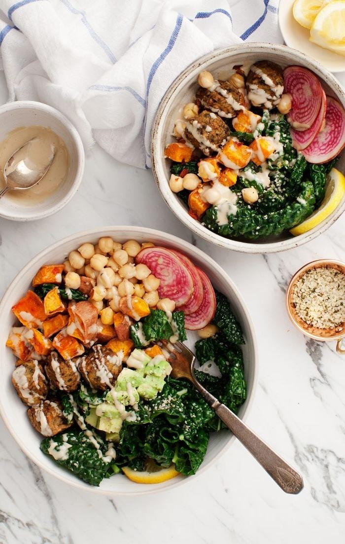 rezepte mittagessen, zwei schüssel mit den speisen, bowl vegetarisch mit kichererbsen, tomaten und brokkoli