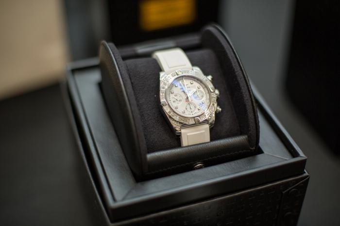 eine weiße Uhr in einer Schachtel, schöne Uhren für Damen und Herren, Luxusuhr