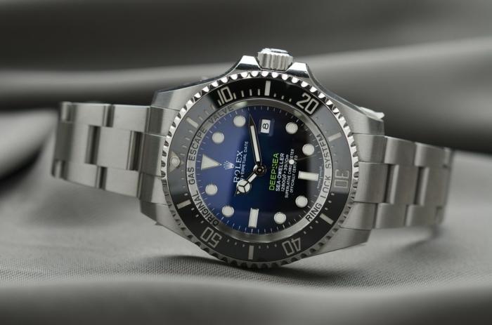 Rolex in schwarzer und blauer Farbe, mit silbernem Armband, eine echte Luxusuhr