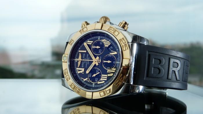 eine Luxusuhr von Breitling noch als Pilotenuhren bezeichnet, goldene und blaue Luxusuhr