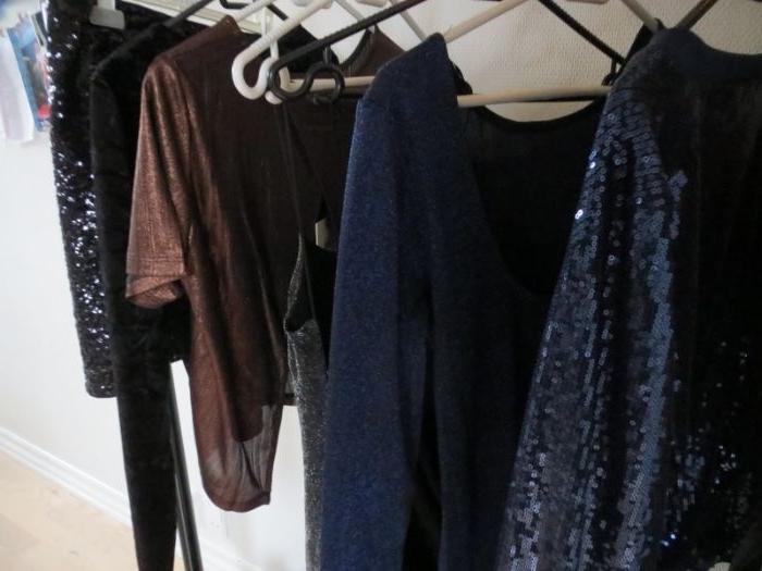 skandinavische mode marken, glitzer modelle, braune bluse, schwarze deko, garderobe