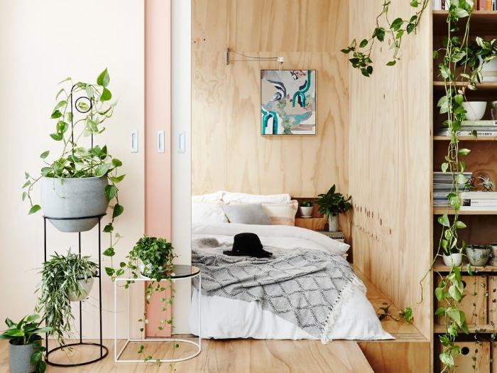 schlafzimmer design, eine idee mit naturnaher athmosphäre, viele zimmerpflanzen, großes bett