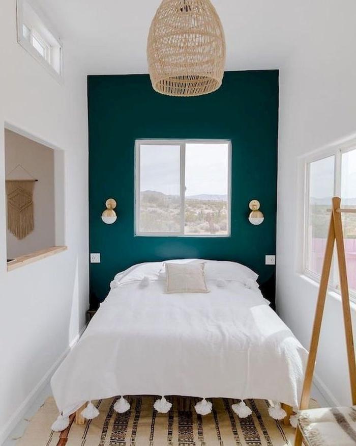 deko schlafzimmer, ein kleiner raum mit nur bett darin, cooles design im mini raum, petrol grüne wand, weiße bettwäsche, kontraste