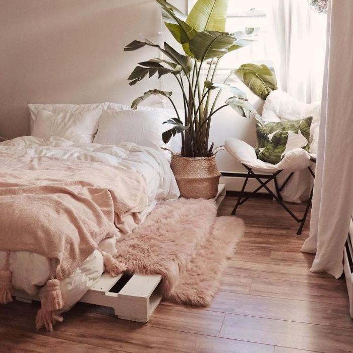 moderne schlafzimmer, die den hauch der ehemaligen zeiten tragen, rosa fell, palettmöbel, bett design, zimmerpflanze, rosa einrichtung