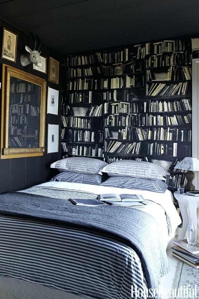 moderne schlafzimmer, viele bücherregale, bücher und dekorationen an der wand in einem schlafzimmer, grau
