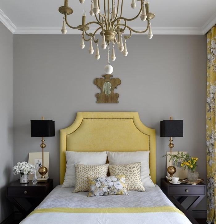 moderne schlafzimmer, ein schönes zimmer, gelbes design, lüster sieht man im vordergrund, zwei lampen