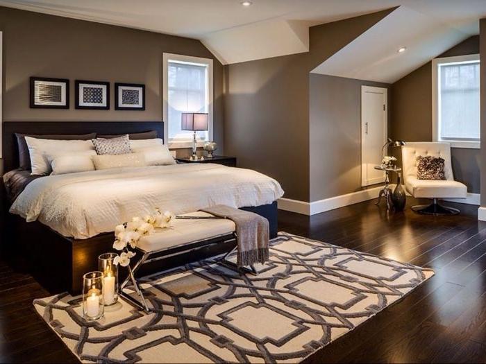 wandgestaltung schlafzimmer, braunes zimmer, weiße bettwäsche, dekorationen, kerzen, teppich, deko