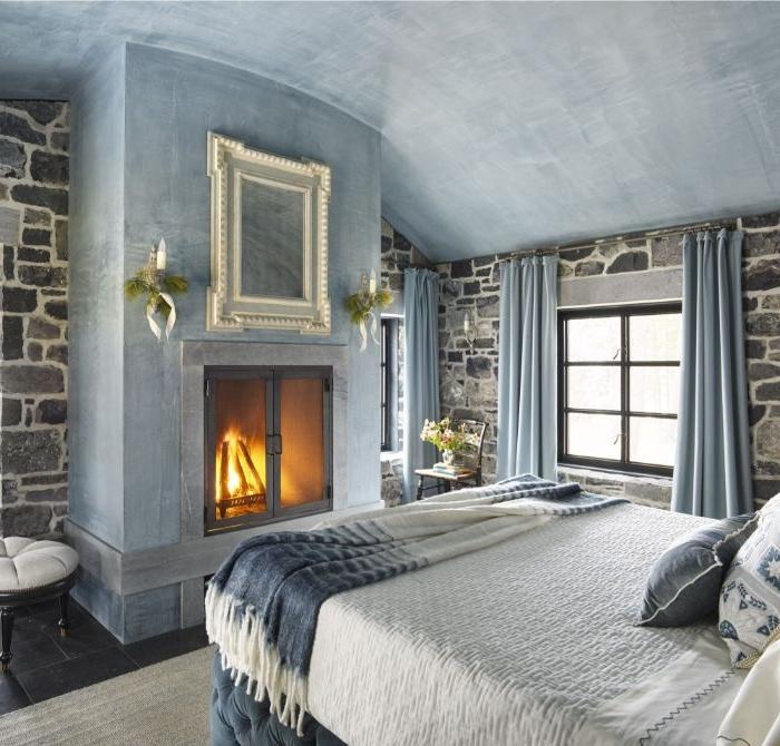 wandgestaltung schlafzimmer, ein graues design, kaminofen, doppelbett, dachschräge, blaue vorhänge