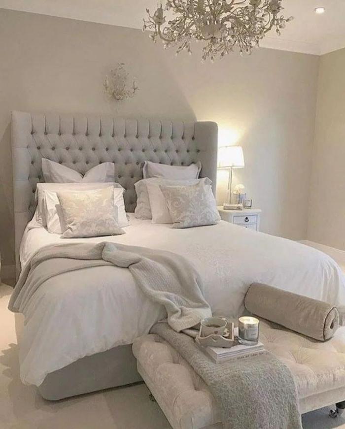 wandgestaltung schlafzimmer, weißes schlafzimmer, graues design sofa und großes doppelbett, deko