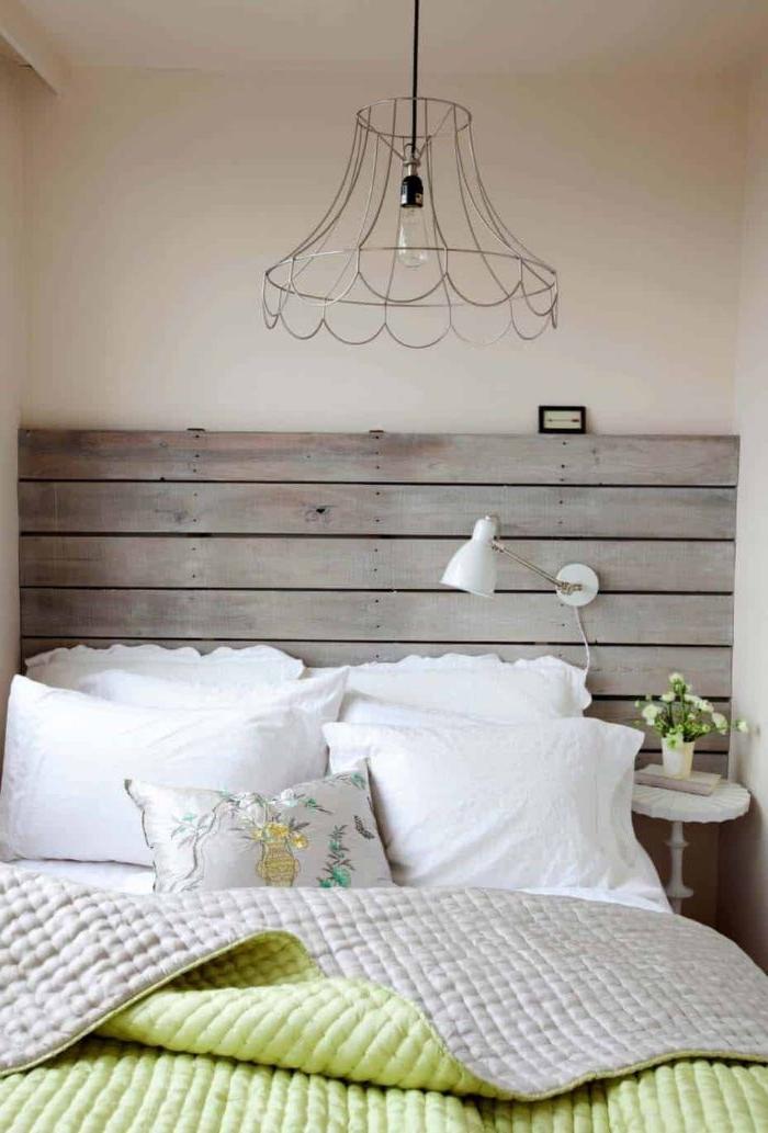 schlafzimmer modern, weißes zimmerdesign, kissen, coole lampe mit metallenen rahmen