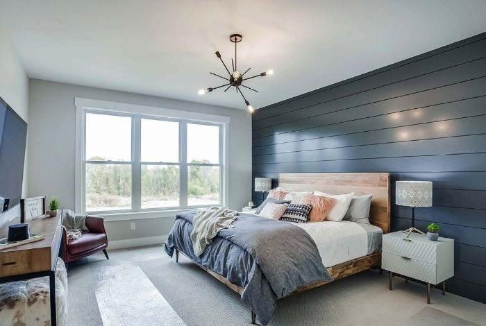 schlafzimmer komplett mit boxspringbett, ein zimmer mit bett im mittelpunkt, lampe, blaue wand