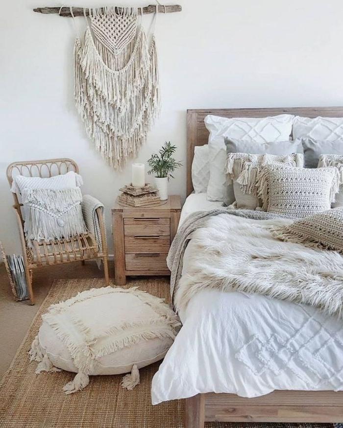 schlafzimmer komplett mit boxspringbett, ethno zimmergestaltung in hellen farben, dekorationen kissen