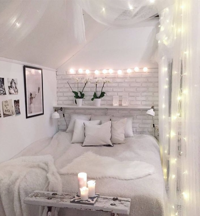 schöne schlafzimmer in skandinavischem einfarbigen stil, hellgraues zimmer mit kerzen und leuchten als deko