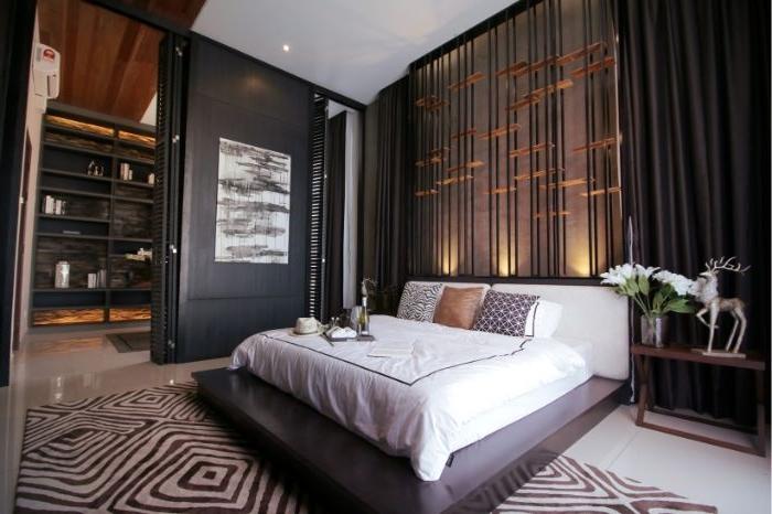 schöne schlafzimmer, weiße bettwäsche und design beim dunklen zimmer, schwarze und braune wände