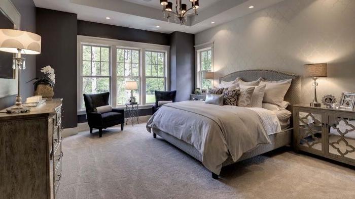 wohnideen schlafzimmer, graues design, dekorationen lampe auf dem schreibtisch