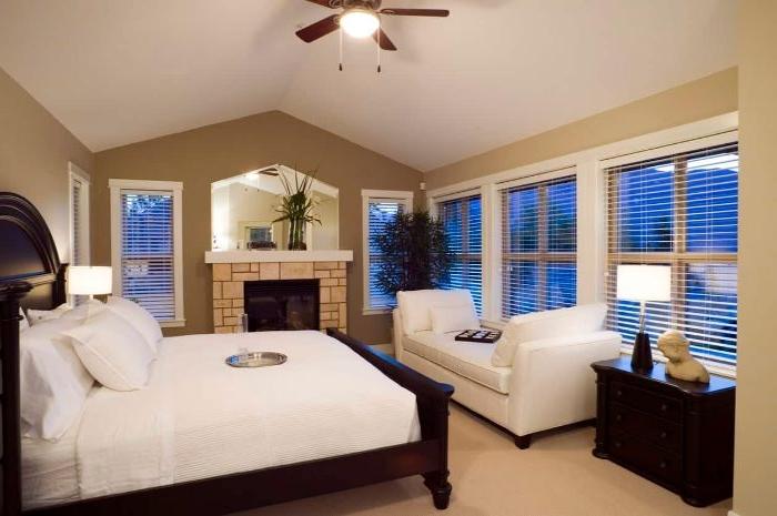 wohnideen schlafzimmer, landhausstil idee, zimmer gestaltung idee, weißes bett, doppelbett, kamin
