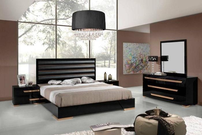 wohnideen schlafzimmer, beige mit schwarz und weiß kombinieren, bodenkissen im zimmer
