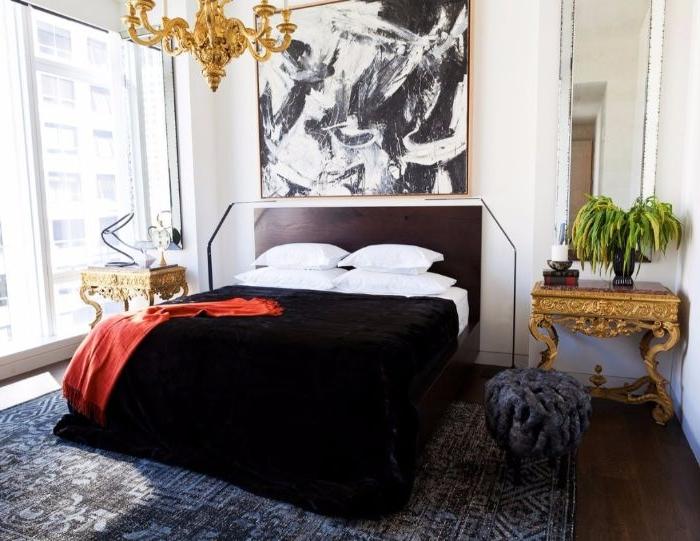 wohnideen schlafzimmer, schwarze bettdecke, weiße bettwäsche, zimmerpflanze, großes wandbild