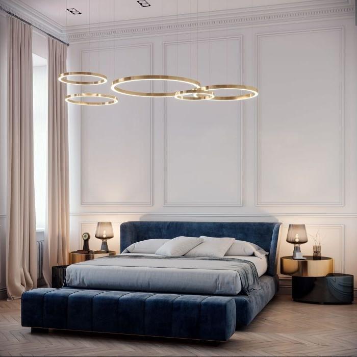 wohnideen schlafzimmer, blaues bett mit einer kreativen lampe darüber, zwei schöne kleine stehlampen auf den beiden seiten