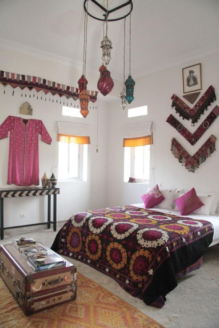 ankleidezimmer ideen, bunte elemente am outfit und zimmer look, lila, rosa, weiß, lampe