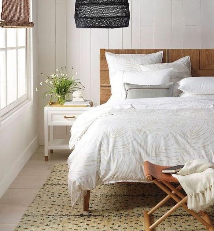 deko ideen schlafzimmer, weißes bett mit kleinen schönen dekorativen elementen daran